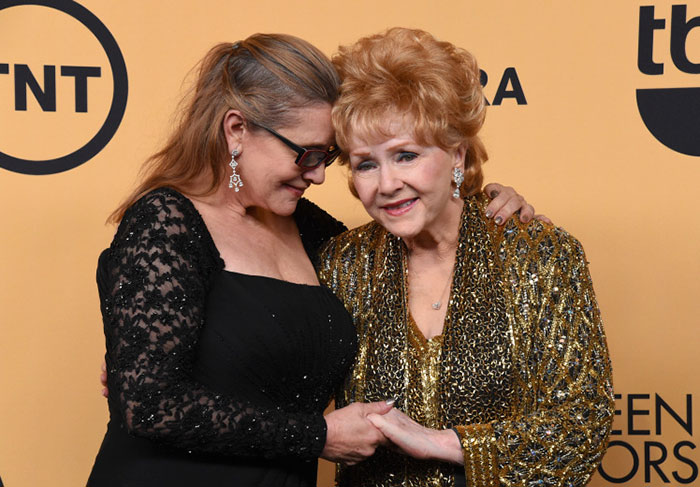 young-carrie-fisher-watch-mom-debbie-reynolds-perform-4